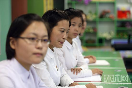 21080907,朝鲜。正在平壤教员学校上课的学生。(摄影:崔萌)
