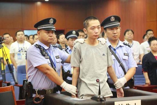 赵泽伟被闻讯赶来的三中教师、保安、学生制服,并移交出警公安人员。