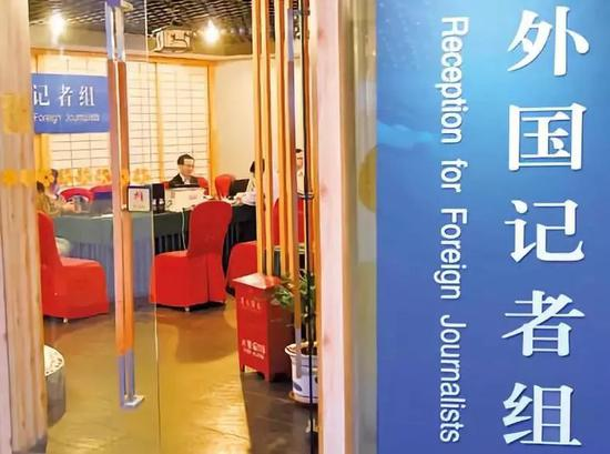 2月27日,工作人员在全国两会新闻中心工作。新华社记者陈晔华摄