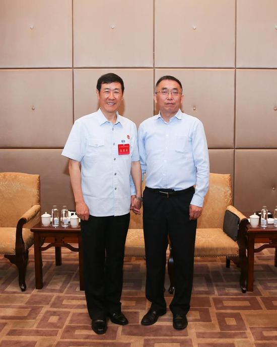 在贵阳为最高人民法院中心组授课后,与时任常务副院长沈德咏合影。
