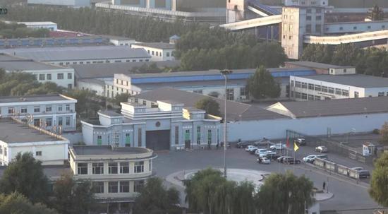 在监狱东南侧高楼上远眺监狱。新京报记者孙旗摄