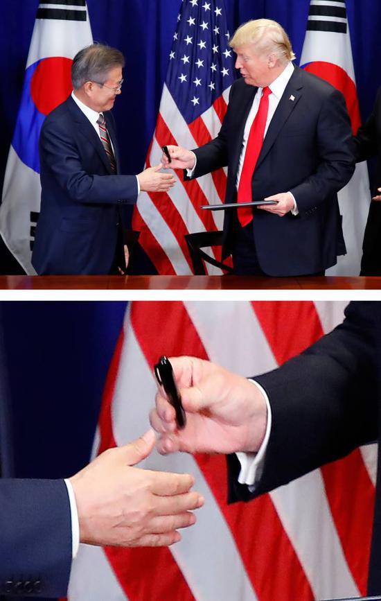 图为特朗普向文在寅赠笔的场景。(韩联社)