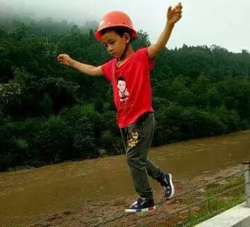 7岁男孩河堤上走钢丝