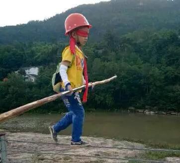 7岁男练习走钢丝