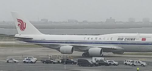 25日在肯尼迪机场,李勇浩所乘国航客机从前来迎接的美方礼宾车队旁缓缓驶过。(韩联社)