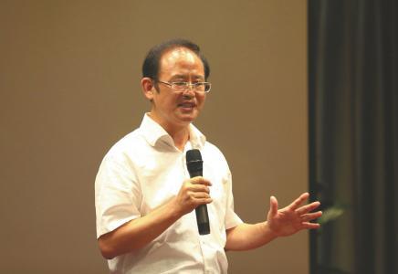 9月10日,王勇平在四川省2018年环保新闻发言人暨环境舆情应急处置培训班上讲课。