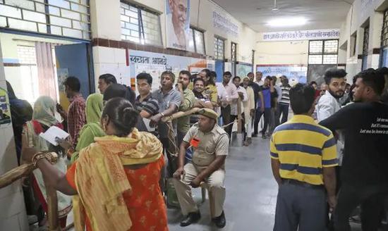 5月12日,印度选民在新德里一个投票站里投票(图源:《卫报》)
