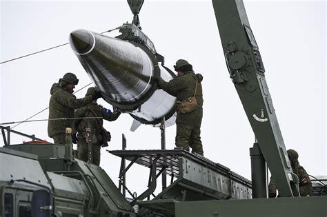 """资料图片:俄军士兵吊装""""伊斯坎德尔""""-M战术导弹。(图片来源于网络)"""