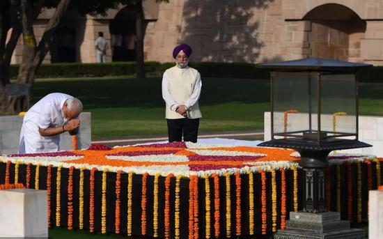 今晨,莫迪前往圣雄甘地纪念碑,向甘地致敬。
