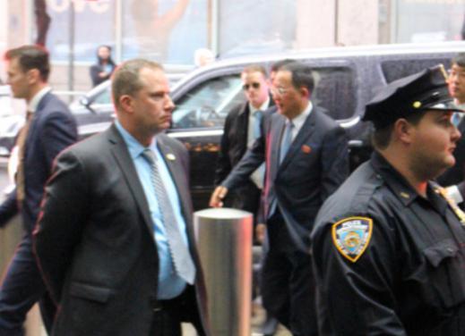 李勇浩走入纽约酒店的场景。(日本《朝日新闻》)
