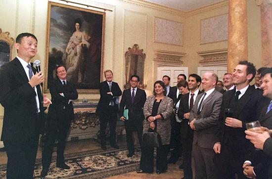2015年10月19日,马云被授予英国商业顾问头衔后,来到唐宁街10号,马云身边围着许多人,包括英国前首相卡梅伦(左二)和邓肯·克拉克(右三着浅色西装者)