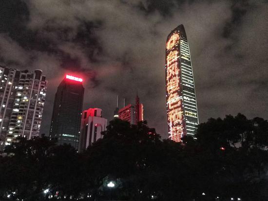 深圳首次在平安大厦台啤、京基一百高楼外墙视频播放台风预警信号圣惯。深圳气象局供图