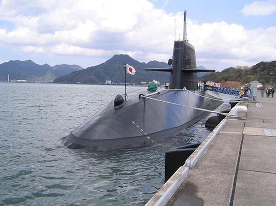 """停靠在港口的""""黑潮""""号潜艇"""