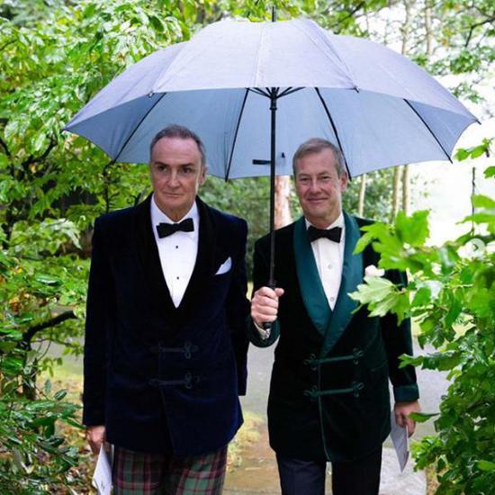 伊瓦尔・蒙巴顿勋爵(Lord Ivar Mountbatten)(右)和他的伴侣詹姆斯・科伊尔(James Coyle)