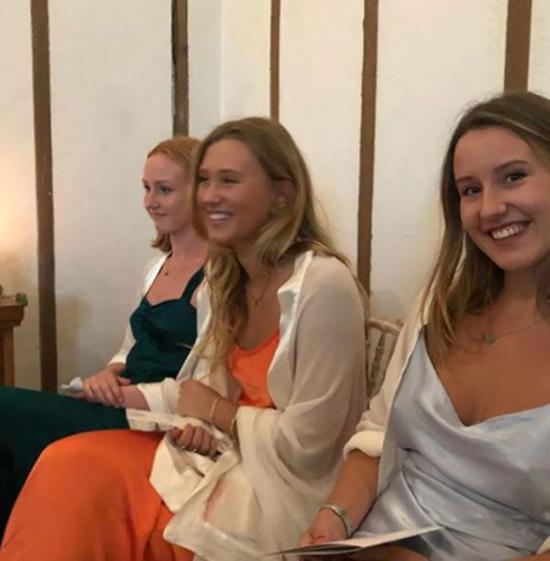蒙巴顿的前妻佩妮和他们所生的3个女儿悉数出席。