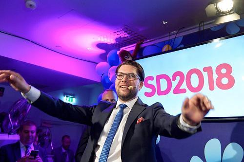 瑞典民主党党首奥克松9日晚间在斯德哥尔摩庆祝选举结果(路透社)
