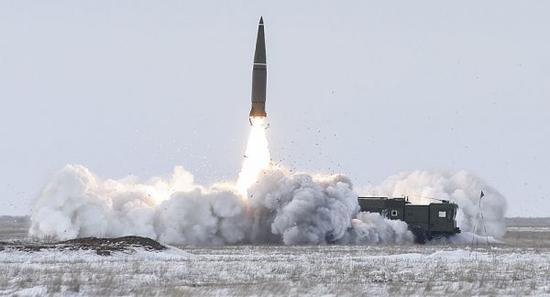 """资料图片:俄军""""伊斯坎德尔""""-M战术导弹发射瞬间。(图片来源于网络)"""