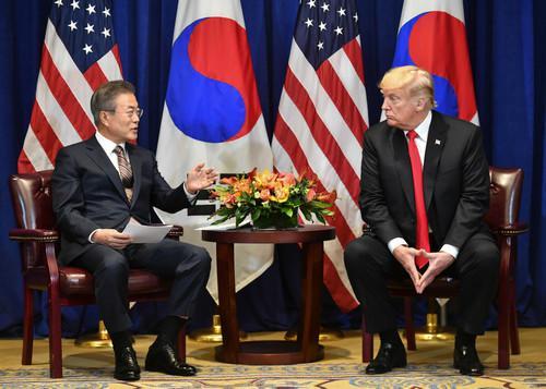 特朗普(右)与文在寅24日在纽约举行双边会谈(法新社)