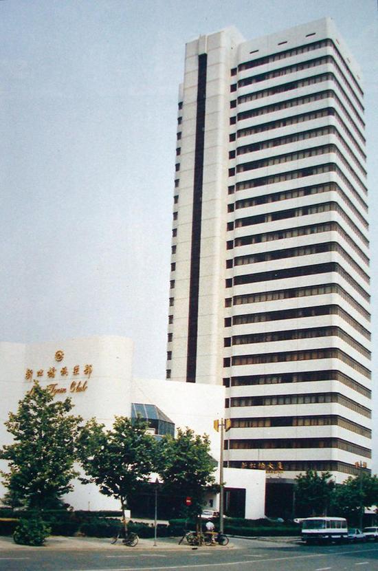 位于娄山关路55号新虹桥大厦的外资委新办公楼,1991年10月起,上海市<strong>94ccav com</strong>外资委在新楼办公。