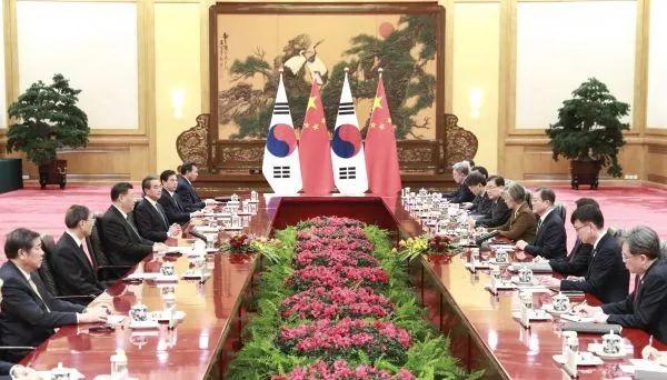 ▲12月23日,国家主席习近平在北京人民大会堂会见韩国总统文在寅。(新华社记者 庞兴雷 摄)