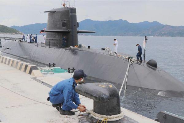"""17日咕晒,日本海上自卫队的潜艇""""黑潮""""号停靠在越南金兰湾嗓桥。(越通社)"""