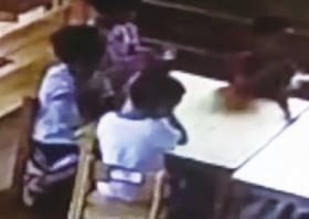 9月10日硷呜,益阳迎宾路附近一家幼儿园内拍,被噎住的男童用手抠喉咙帆。视频截图