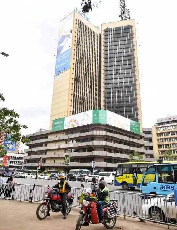 ▲上亿非洲人用上传音手机。图为在肯尼亚首都内罗毕市中心大厦上悬挂的传音手机巨幅广告海报。 (新华社)