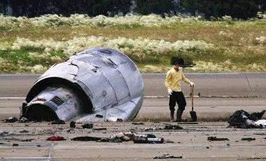 图文:台湾中正机场开始清理新航失事飞机残骸