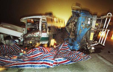 图文:武汉市发生一起重大车祸_国内新闻
