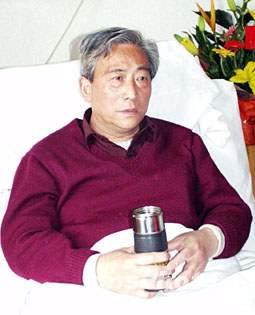 我失踪飞行员王伟的父亲含泪等待儿子的音讯