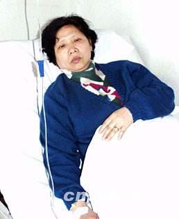我失踪飞行员王伟的母亲在病榻上等待儿子的音讯