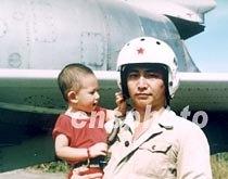 资料图片 中国飞行员王伟与爱子