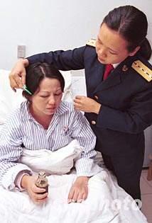 图文:英雄飞行员王伟遗孀阮国琴在医院接受护