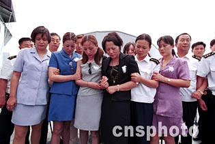 王伟妻子阮国琴(中),姐姐王琳(左三)