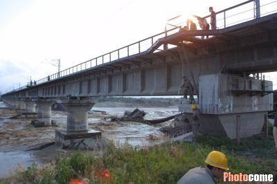 洪水冲断陇海铁路线 近万名乘客滞留西安(组图)