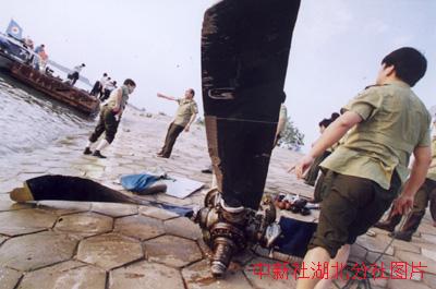 捞起来的飞机螺旋桨