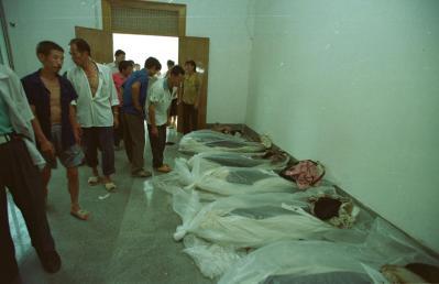 殡仪馆里的死尸照片_图为并排躺在县殡仪馆告别室里的13具尸体.储璨璨摄