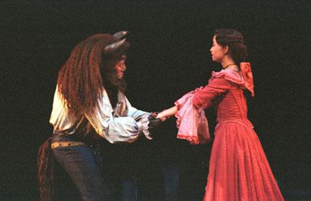 图文:中文版迪斯尼音乐剧《美女与野兽》在京上演