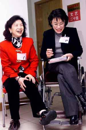 图文:舞蹈家姚珠珠和张海迪在政协会上相遇_文