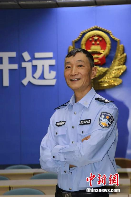 图为58岁的民警陈昆平。陶家淇 摄