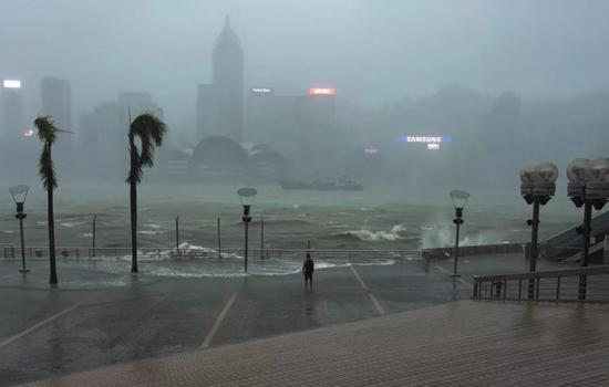"""9月16日,中国香港,超强台风""""山竹""""来袭(图片来源:东方IC)"""