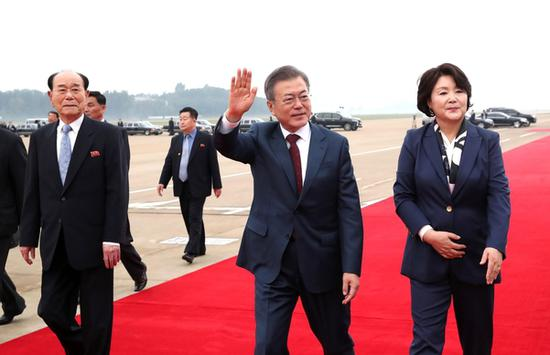 文在寅夫妇在平壤机场参加欢送会。