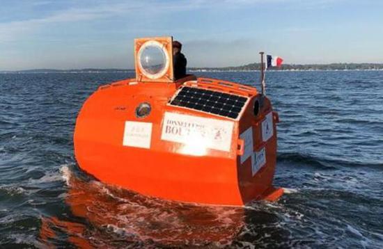 """法国72岁旅行家萨万乘坐""""漂流桶""""穿越大西洋 (图源:法新社)"""