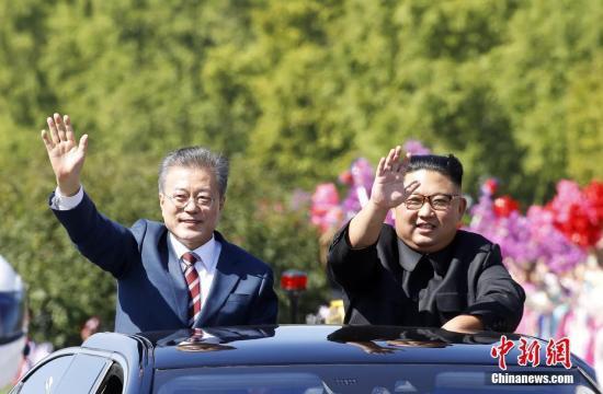 """韩国总统文在寅9月18日抵达朝鲜平壤,今年第三次""""文金会""""9月18日至20日举行。18日,文在寅与金正恩一同驱车平壤街头,二人打开天窗,向民众挥手致意。 平壤联合采访团供图"""