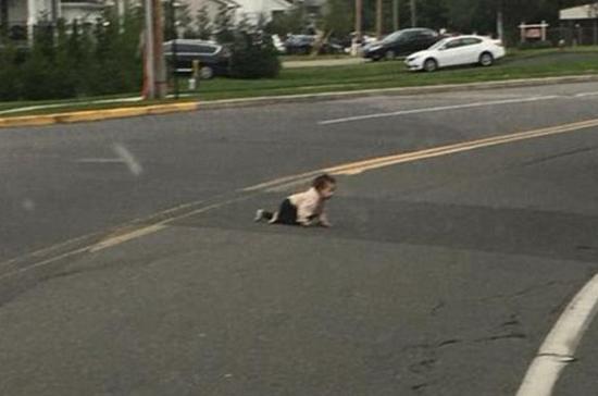 婴儿独自爬上马路吓