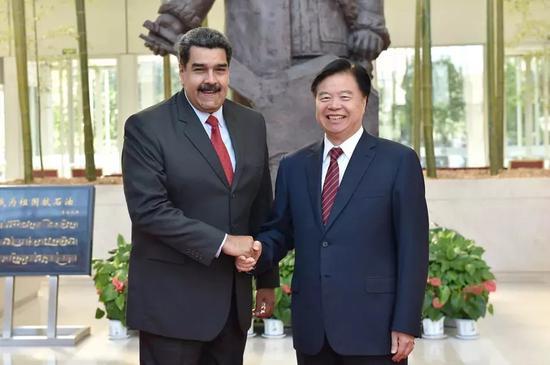 △中国石油集团董事长王宜林与委内瑞拉总统马杜罗就推动和深化中委油气合作举行友好会晤。