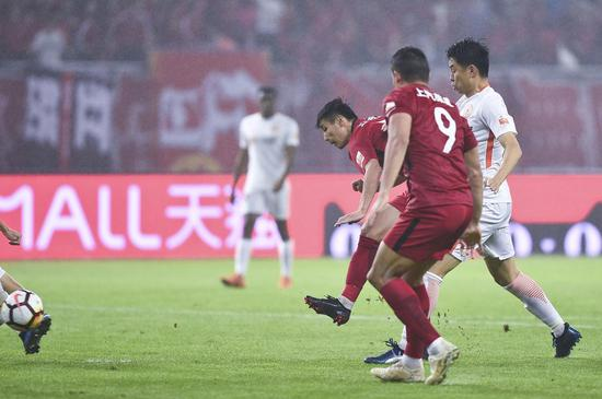 武磊射门瞬间。东方IC 图上海上港,联赛第八家冠军俱乐部