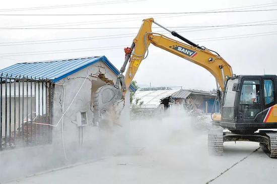 """图为对北京市昌平区六合成农业园违规""""大棚房""""进行拆除整改。"""