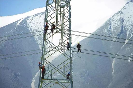 △青藏联网工程中,电力建设者在高海拔进行高空作业。