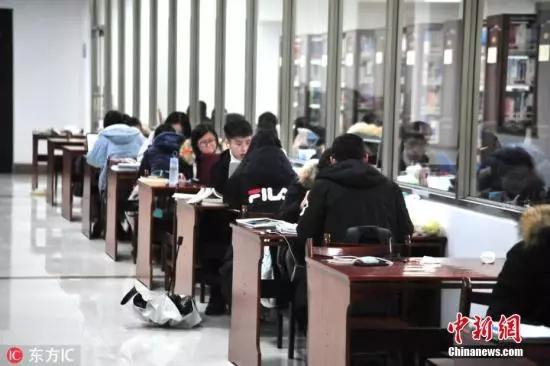 资料图:图书馆里学习的学生。来源:东方IC朱永茂 摄